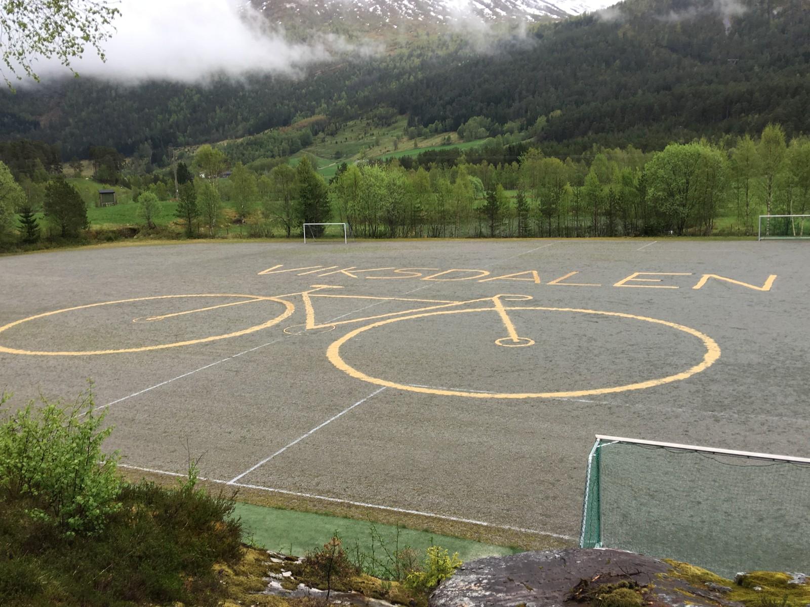 Slik ser fotballbana i Viksdalen ut. Skrifta er laga med sagflis.
