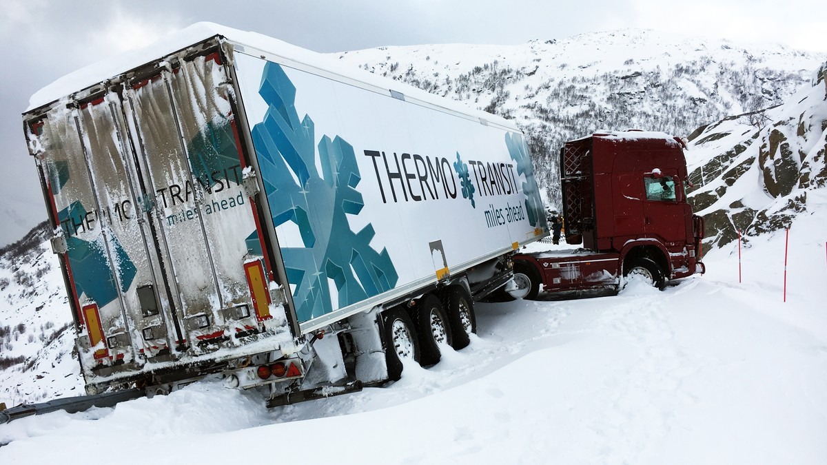 Forsvaret skal berge traileren som står på kanten av stupet