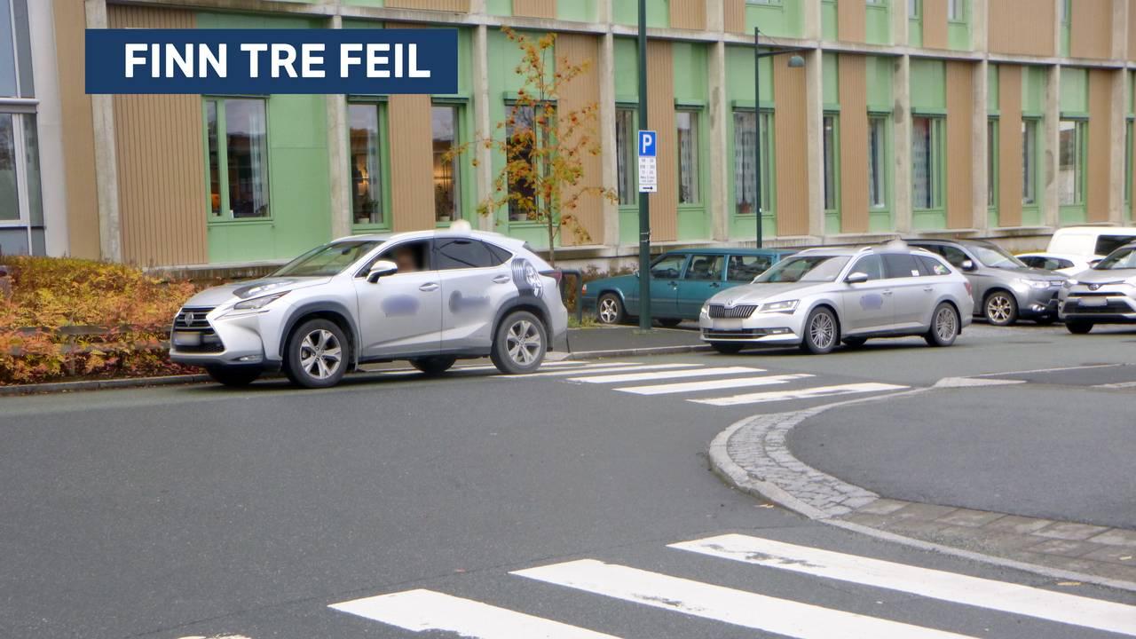 Finn tre feil. En bil står parkert i bybildet.