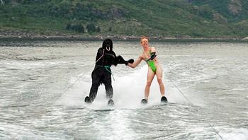 Borat og apekatt ved Hurtigruten