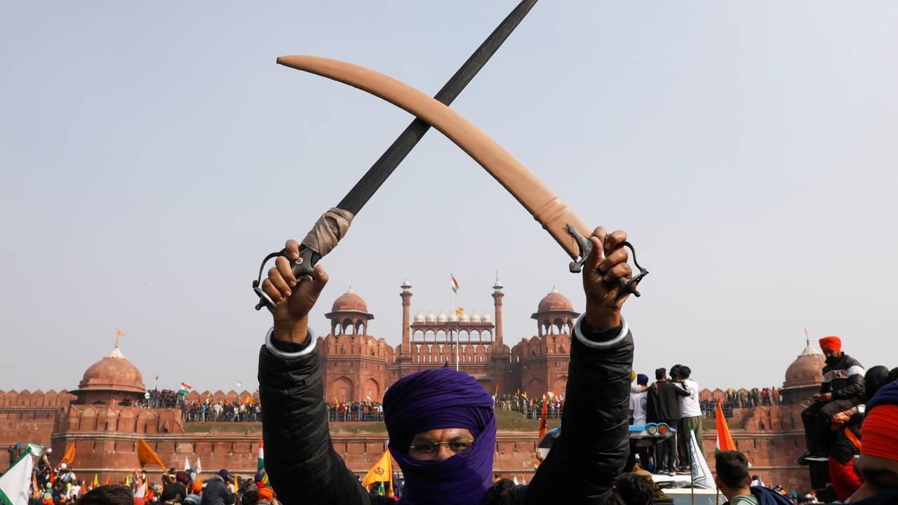 En bonde holder opp et sverd utenfor Det røde fortet i New Delhi, 26. januar.
