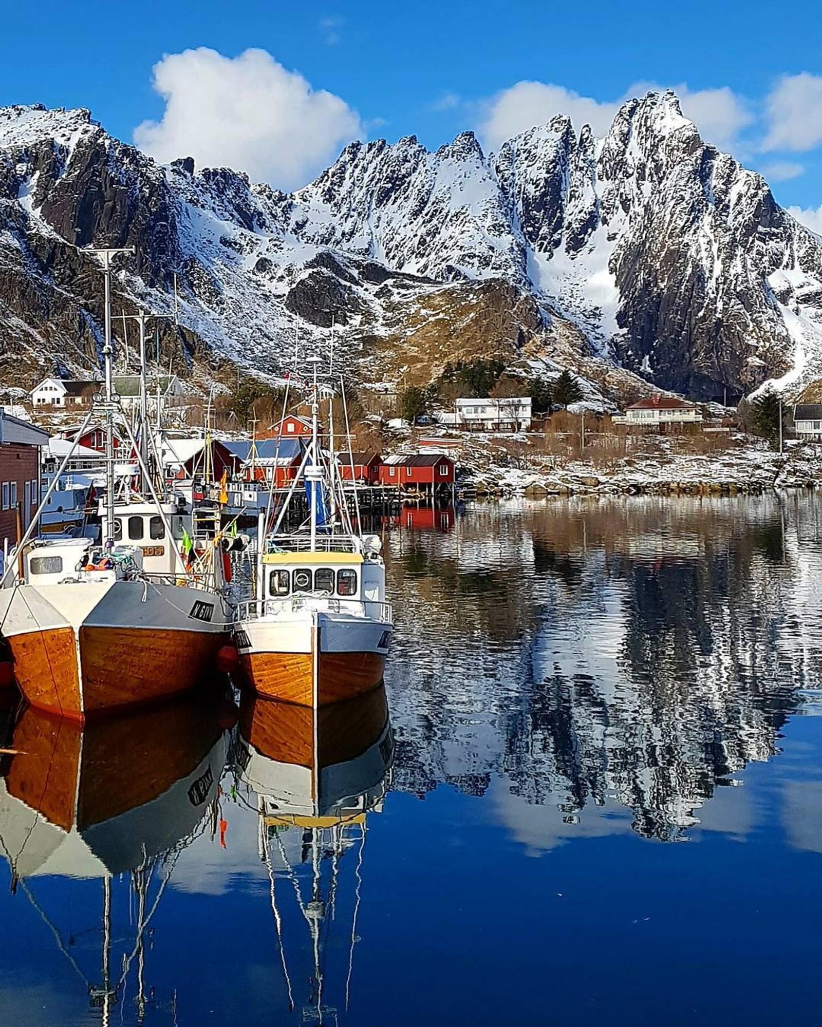 Båthamna i Ballstad nyt også godt av godvêret.
