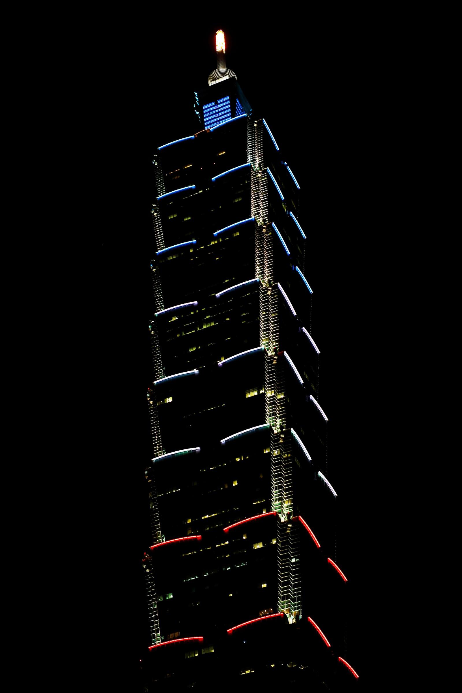 Taipei 101-tårnet på Taiwan er opplyst i de franske fargene i kveld