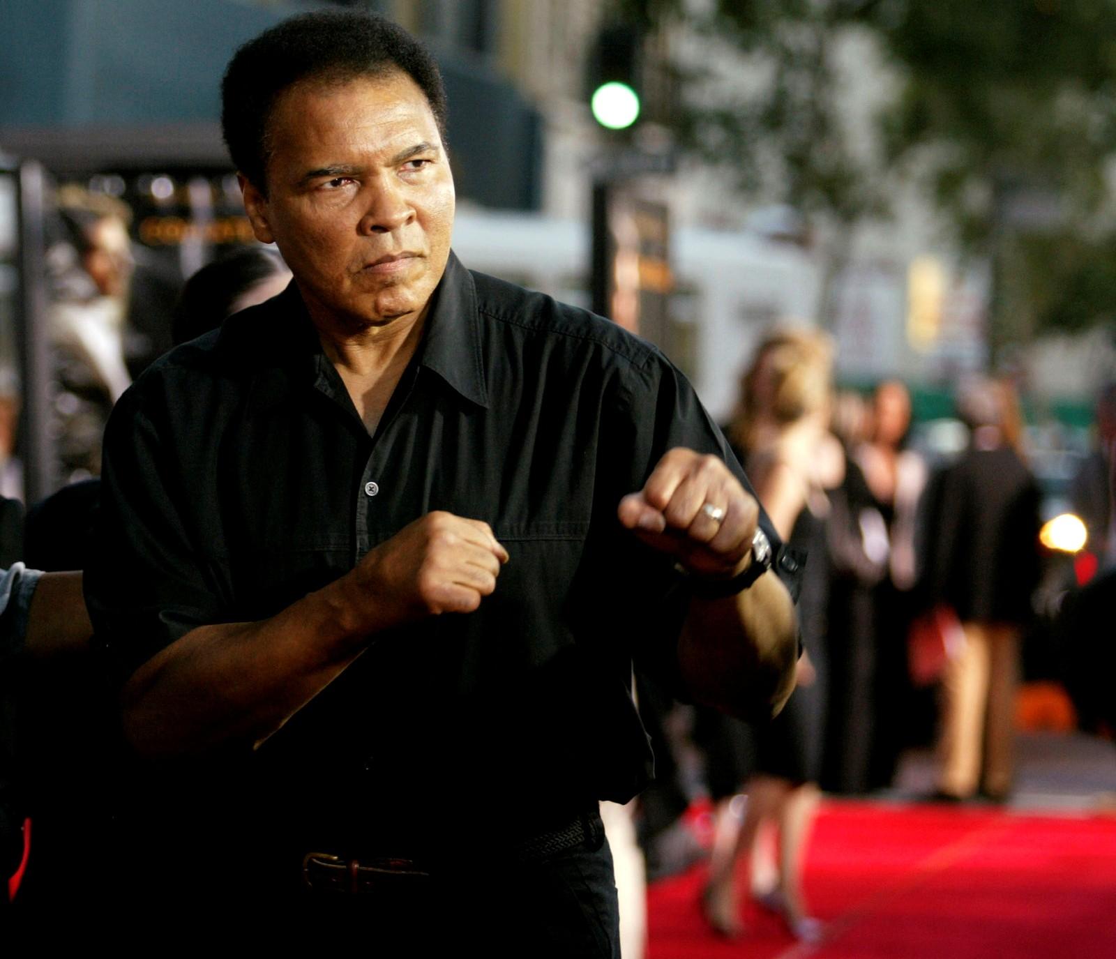 "Boksinelegenden Muhammad Ali bokser mot fotografene under ankomst ved Orpheum Theatre for premiere på filmen ""Collateral"" i Los Angeles i 2. august 2004."