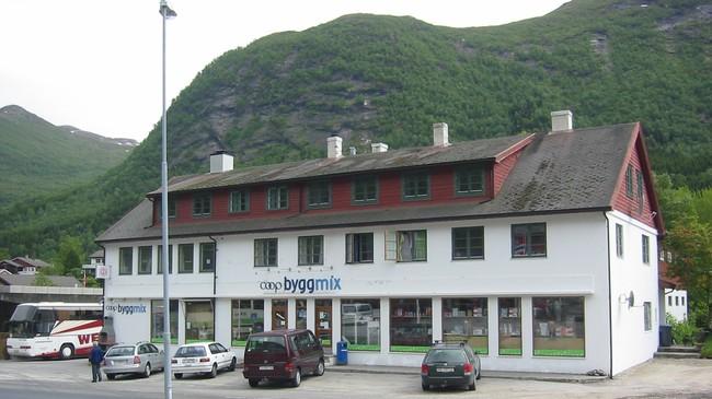 Forretningsbygget som Jølster Samyrkelag reist i 1948 husar no Coop Byggmix. Foto: Ottar Starheim, NRK.