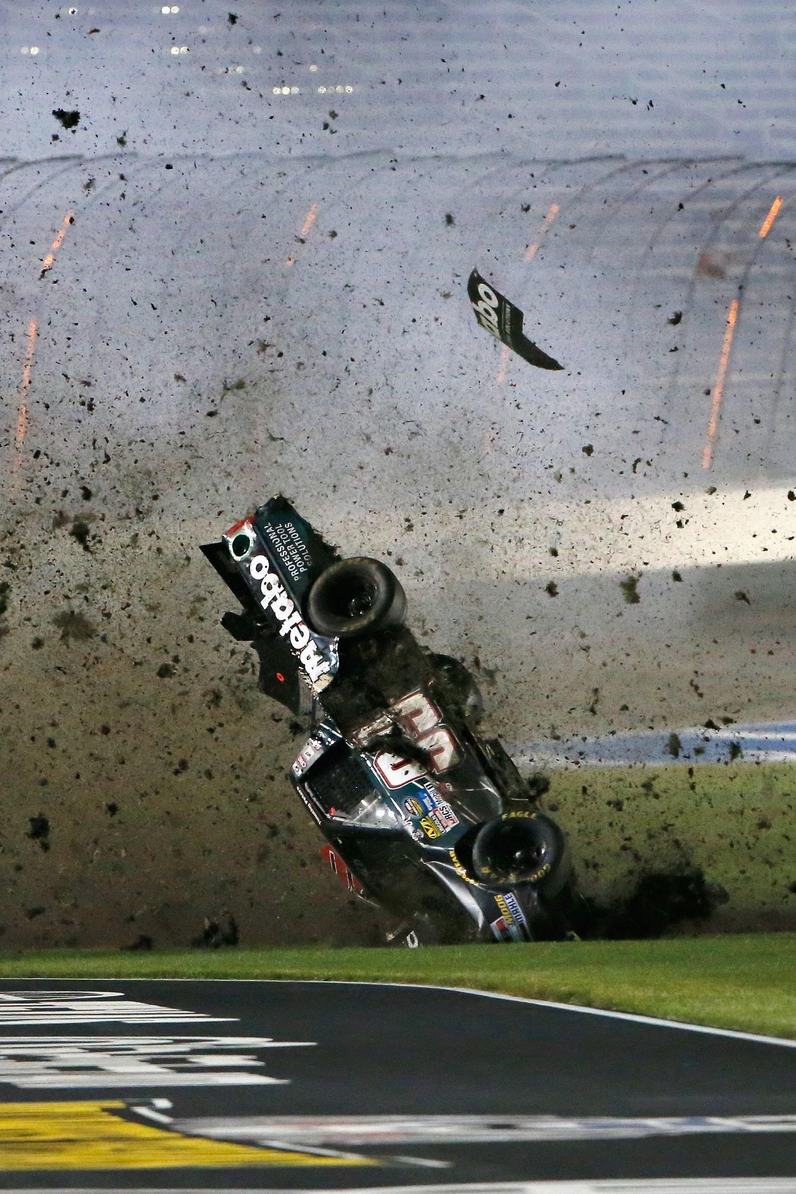 Det ser dramatisk ut, men det gikk heldigvis bra til slutt for motorfører Timothy Peters. Bilkrasjet skjedde under et Nascar-løp i Texas.