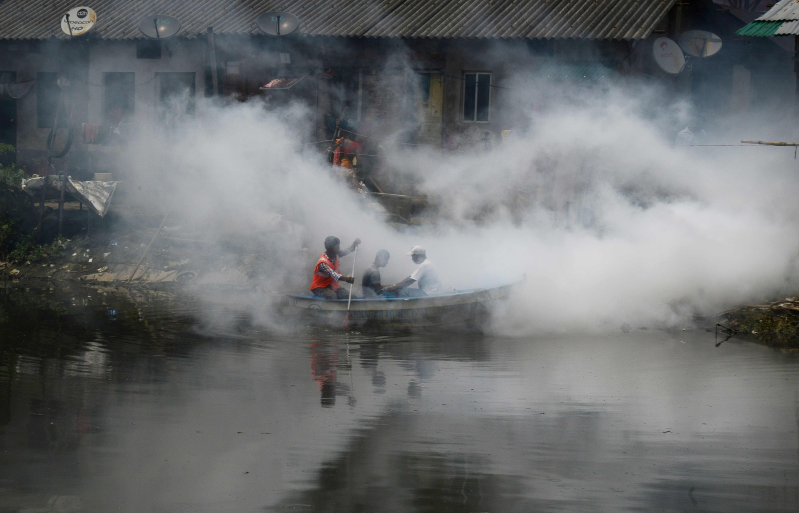 Representanter fra de lokale myndighetene bruker en båt til å spre kjemikalier for å drepe mygg og larver i Kolkata i India denne uken. Kraftig monsun-regn i de østlige delenne av Vest-Bengal har ført til en økning av smittebærere av sykdommer.