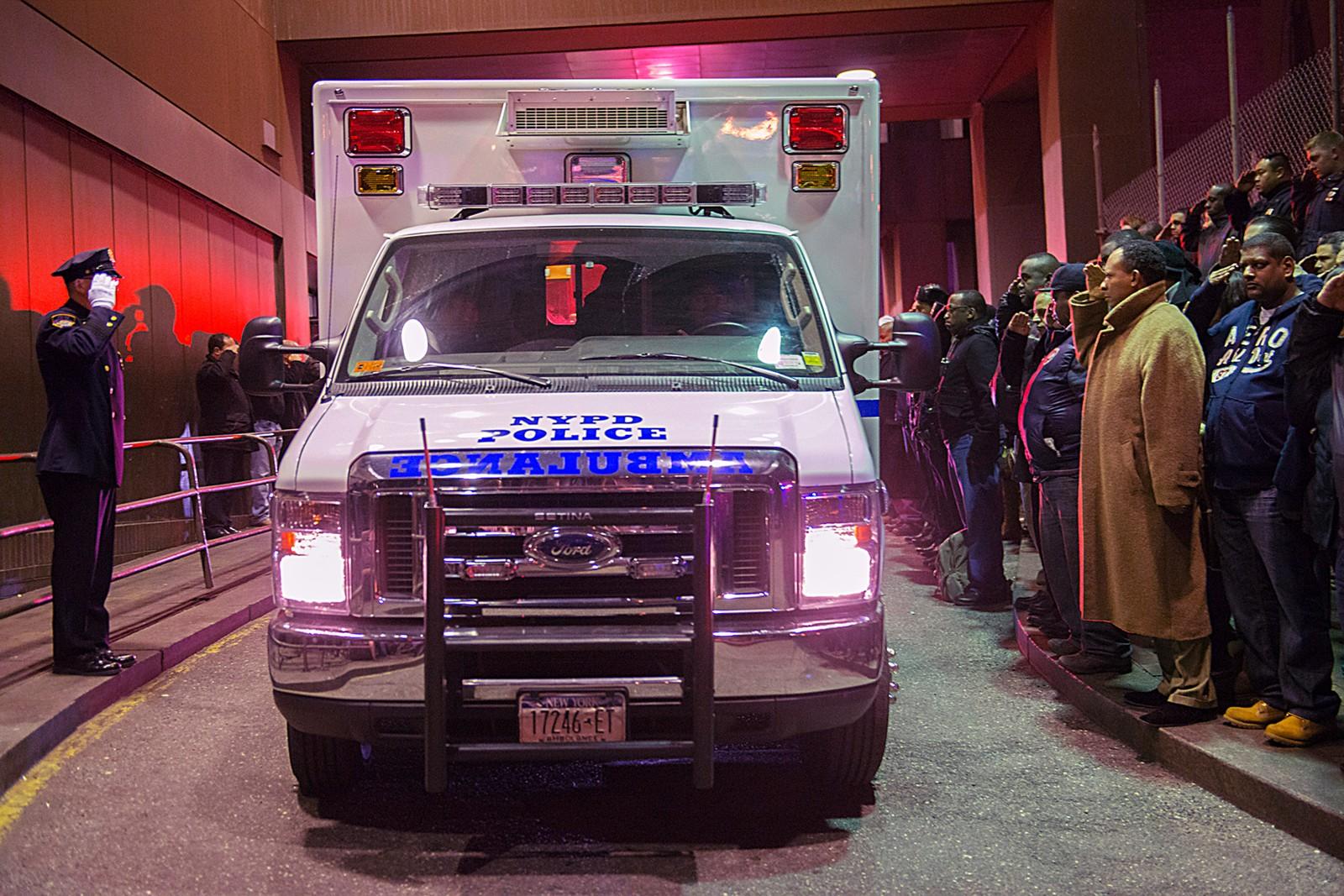 Politibetjenter hedrer de to politimennene som ble skutt og drept på patrulje i Brooklyn, New York.