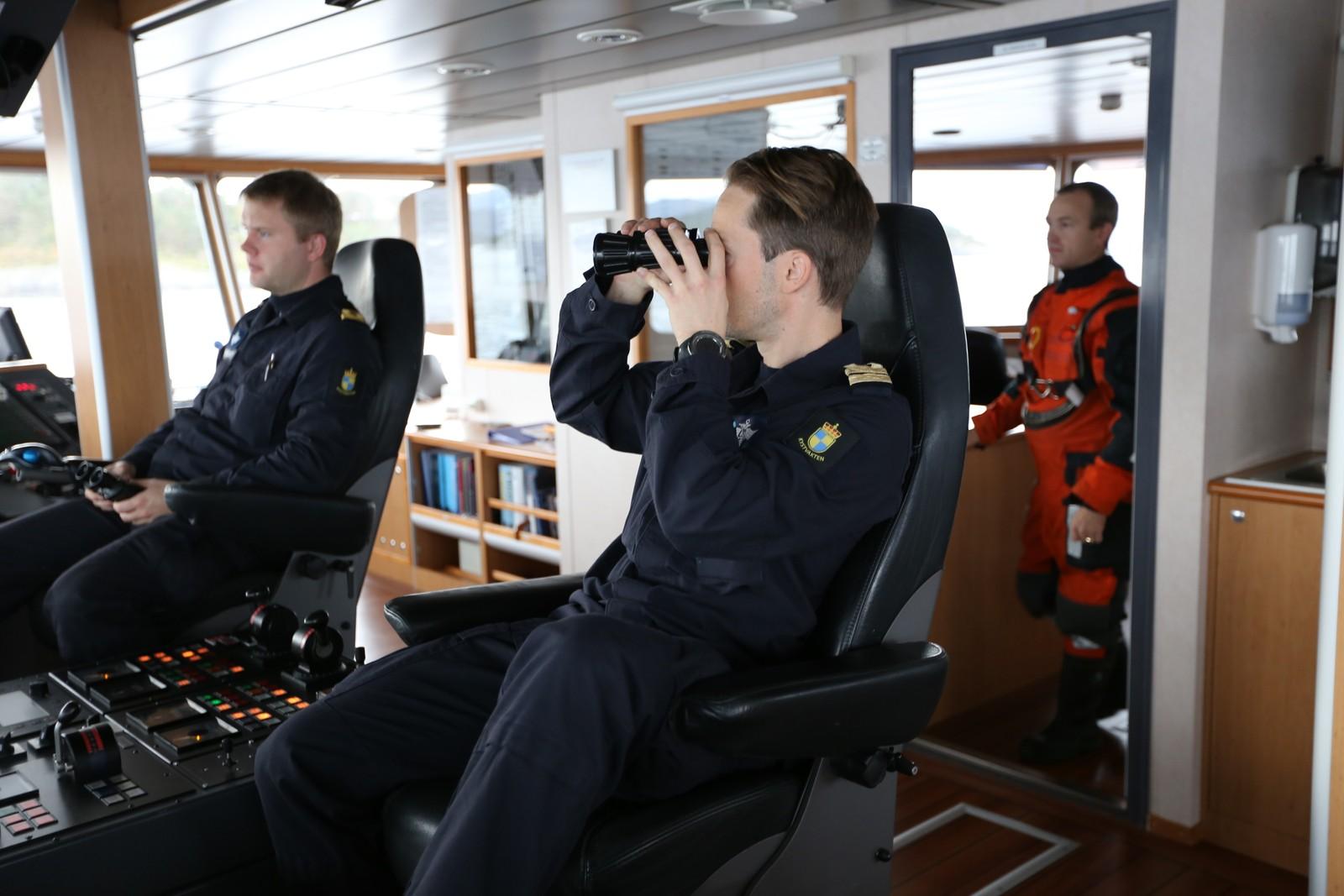 SPEIDER: Nestkommanderende (foran) Bård Alexander Raunlid bruker kikkerten på kommandobrua.