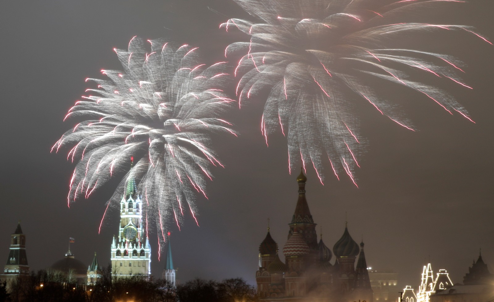 MOSKVA: Fyrverkeri i hvitt lyser opp over Kreml