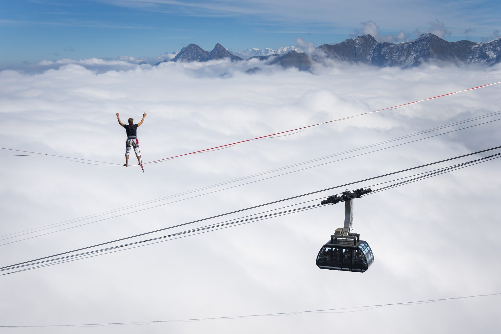 50 av de beste slakkline-utøverne i Europa var samla i Sveits for et høythengende treff. Her ser vi tyske Quirin Herterich kose seg 495 meter over bakken.