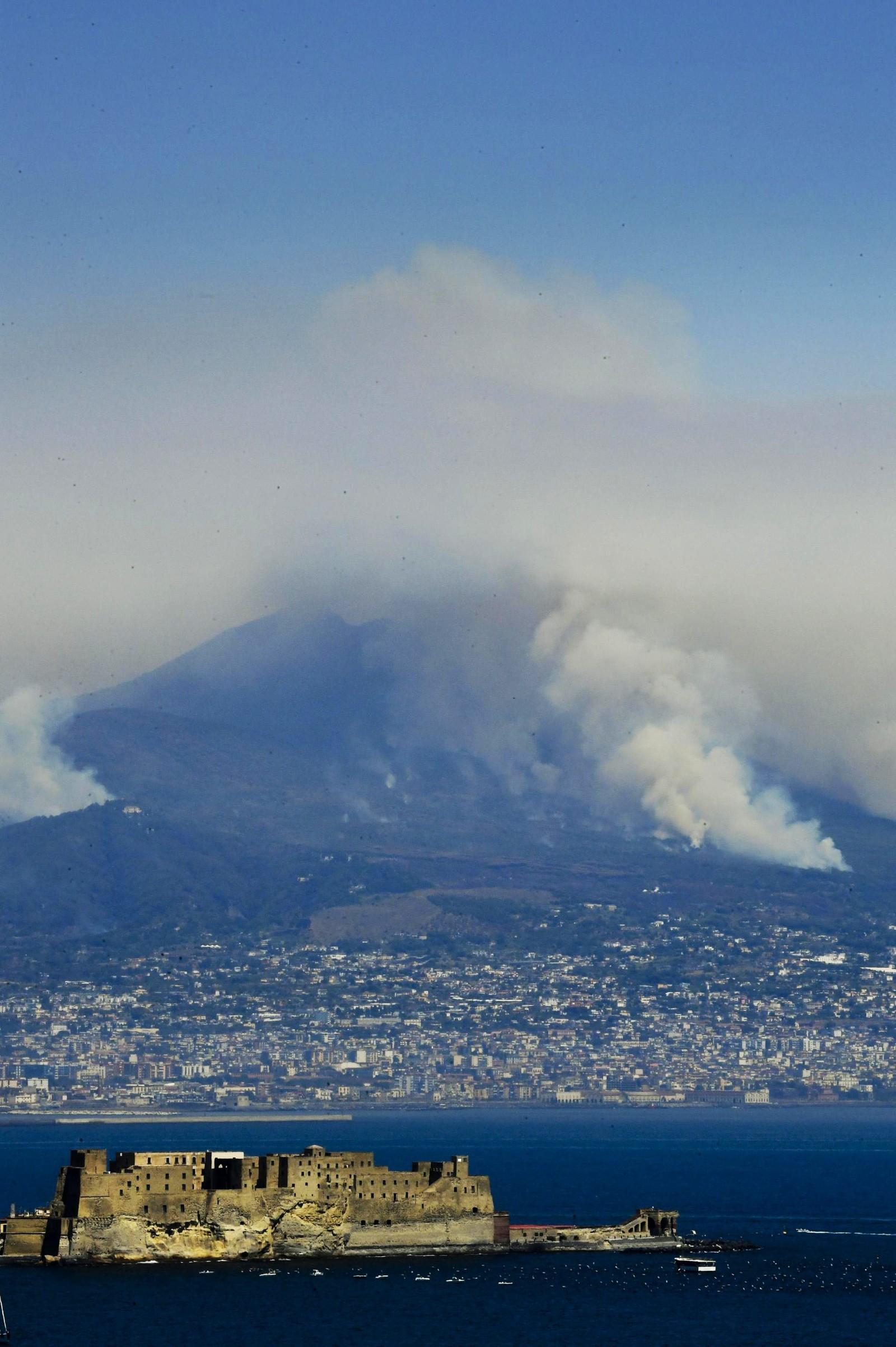 Skogbrann på Vesuv ved Napoli i Italia.