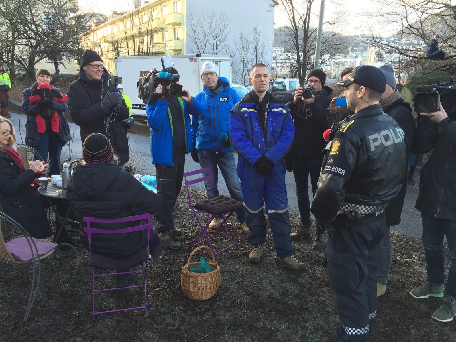 Det var en rolig stemning i Jekteviken hele morgene, til tross for at kampen mellom naboer, kommunen og SiB har pågått i snart ti år.