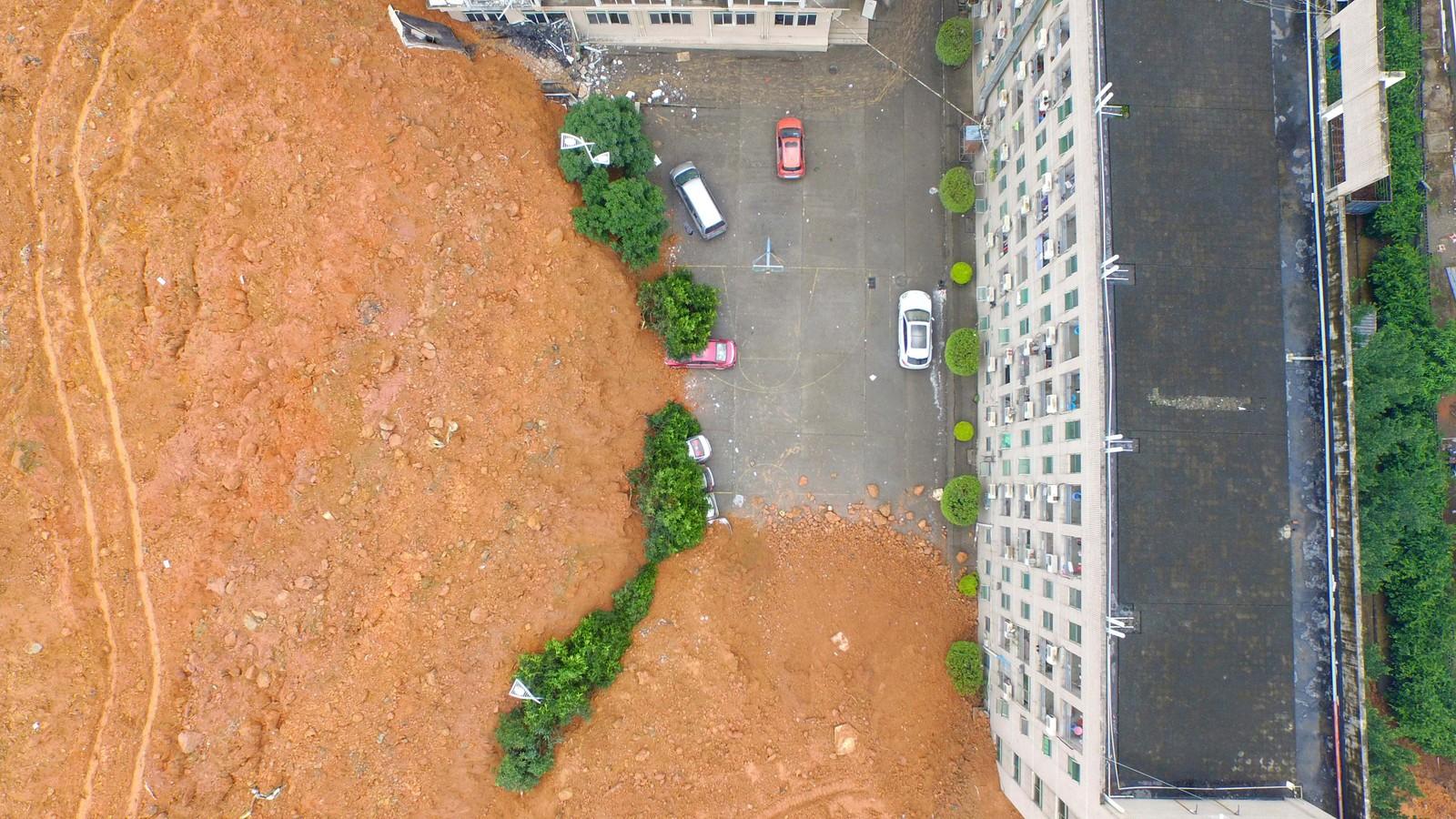 En vegg av rød jord og gjørme slo inn i industriparken i byen og knuste bopel og fabrikker. Her stansa 'gjørmeelva' rett ved en høyblokk.