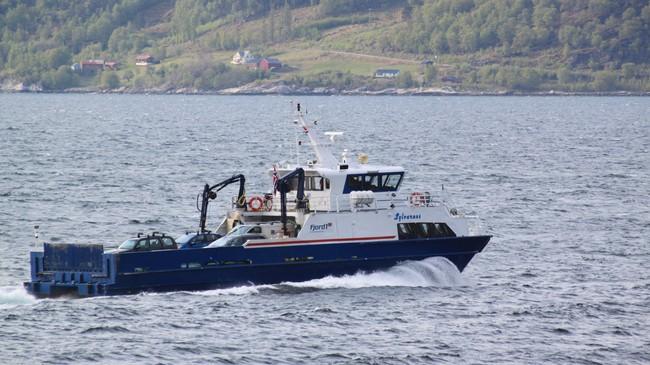 Fylkesbåten Sylvarnes som tek sju bilar går i rute mellom Nordeide og Ortnevik. Foto: Kjell Arvid Stølen, NRK.