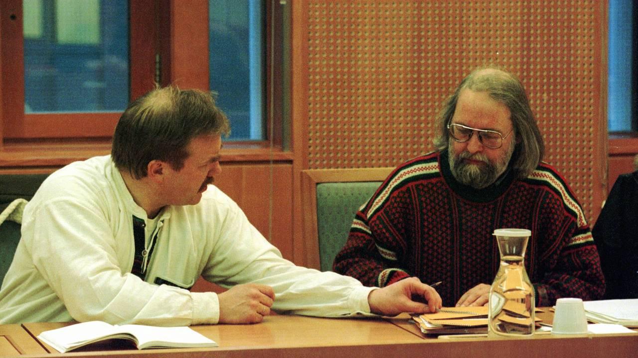 ULV: Forbundsleder i Norges Miljøvernforbund Kurt Oddekalv (t.v.) i Namsretten i Oslo i 1999. Sosiolog Åge Simonsen til høyre. Norges Miljøvernforbund klaget fellingstillatelsen for en ulv i Finnmark inn for retten.