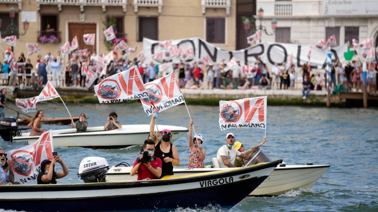 Demonstranter i båter i Venezia