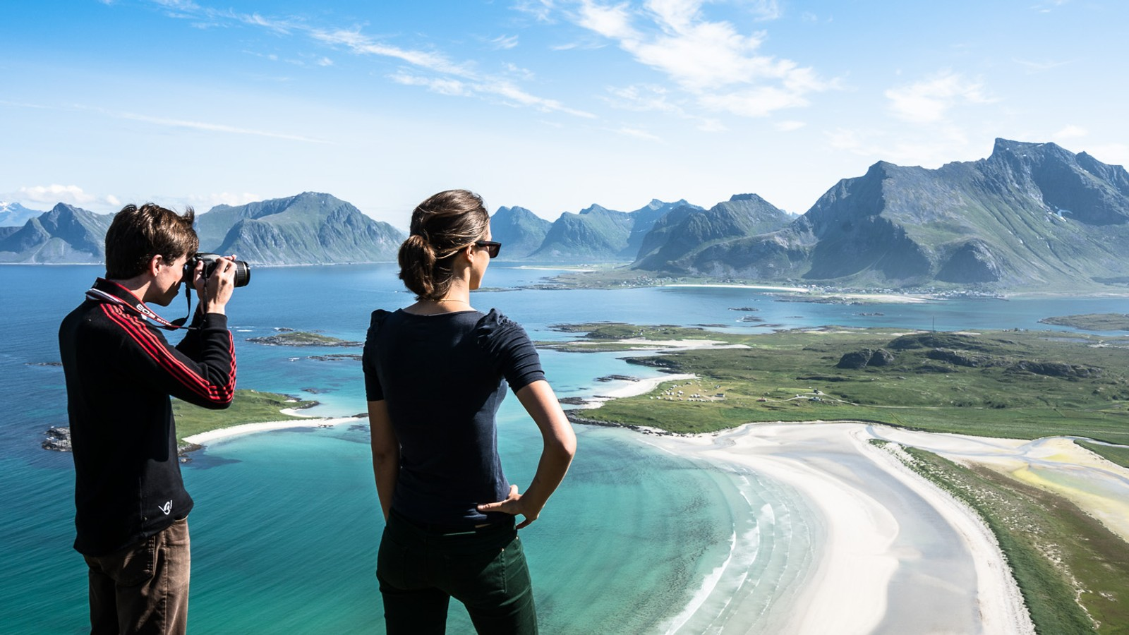 I dag strømmer turister til Lofoten, og de liker både fjellene og strendene. Her er et par franskmenn.