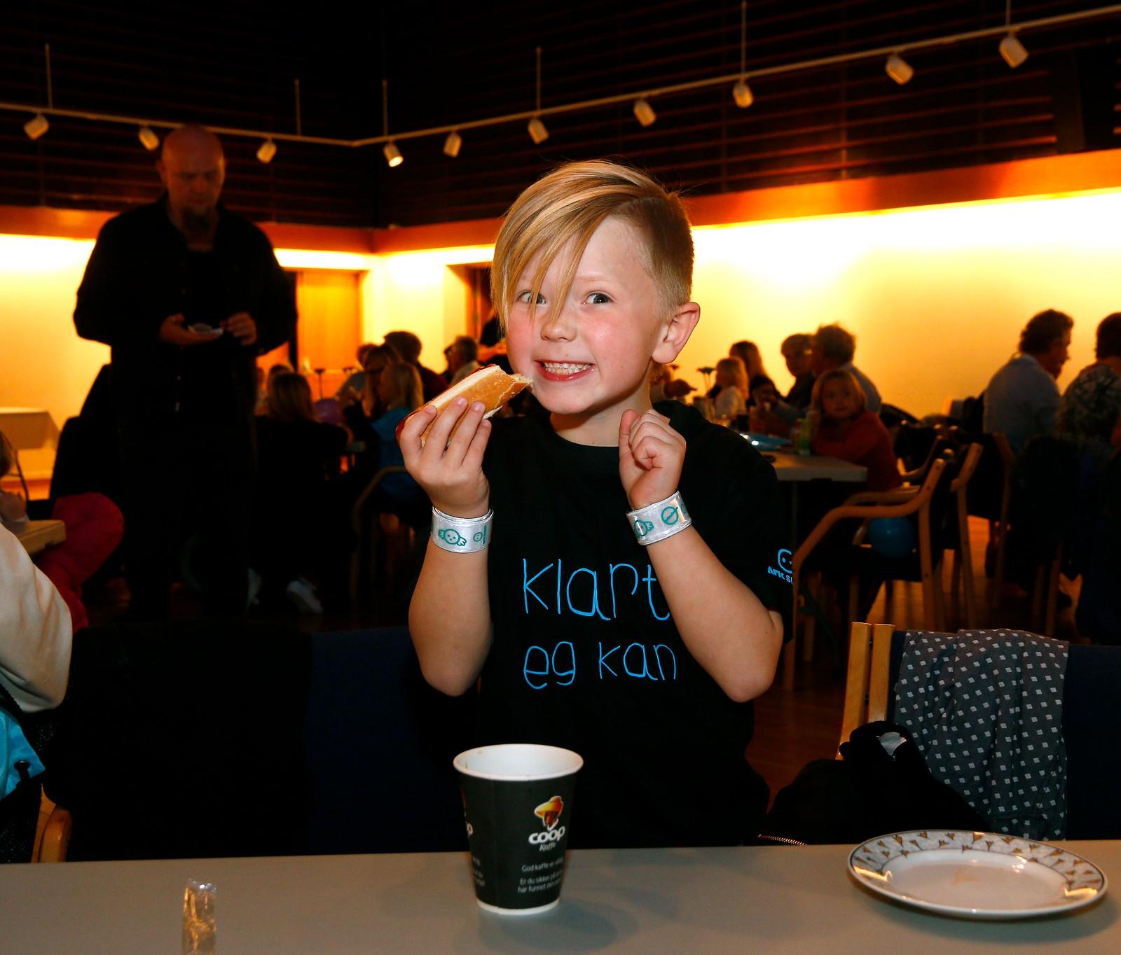TØFFING: Jonah Stene Andersen likar å kose med små krokodillebabyar. Her kosar han seg på premierefest.