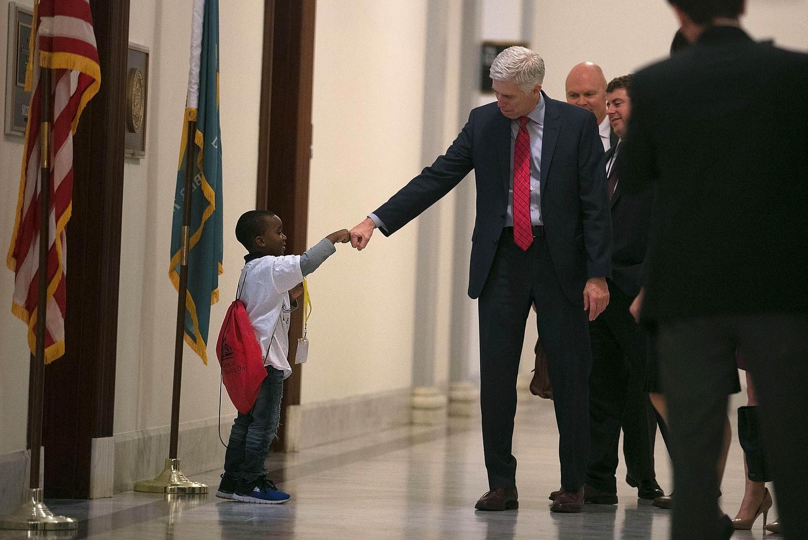 """Neil Gorsuch er nominert til stillingen som høyesterettsdommer i USA. Her får han en """"fist bump"""" av fire år gamle Charles Marshall."""