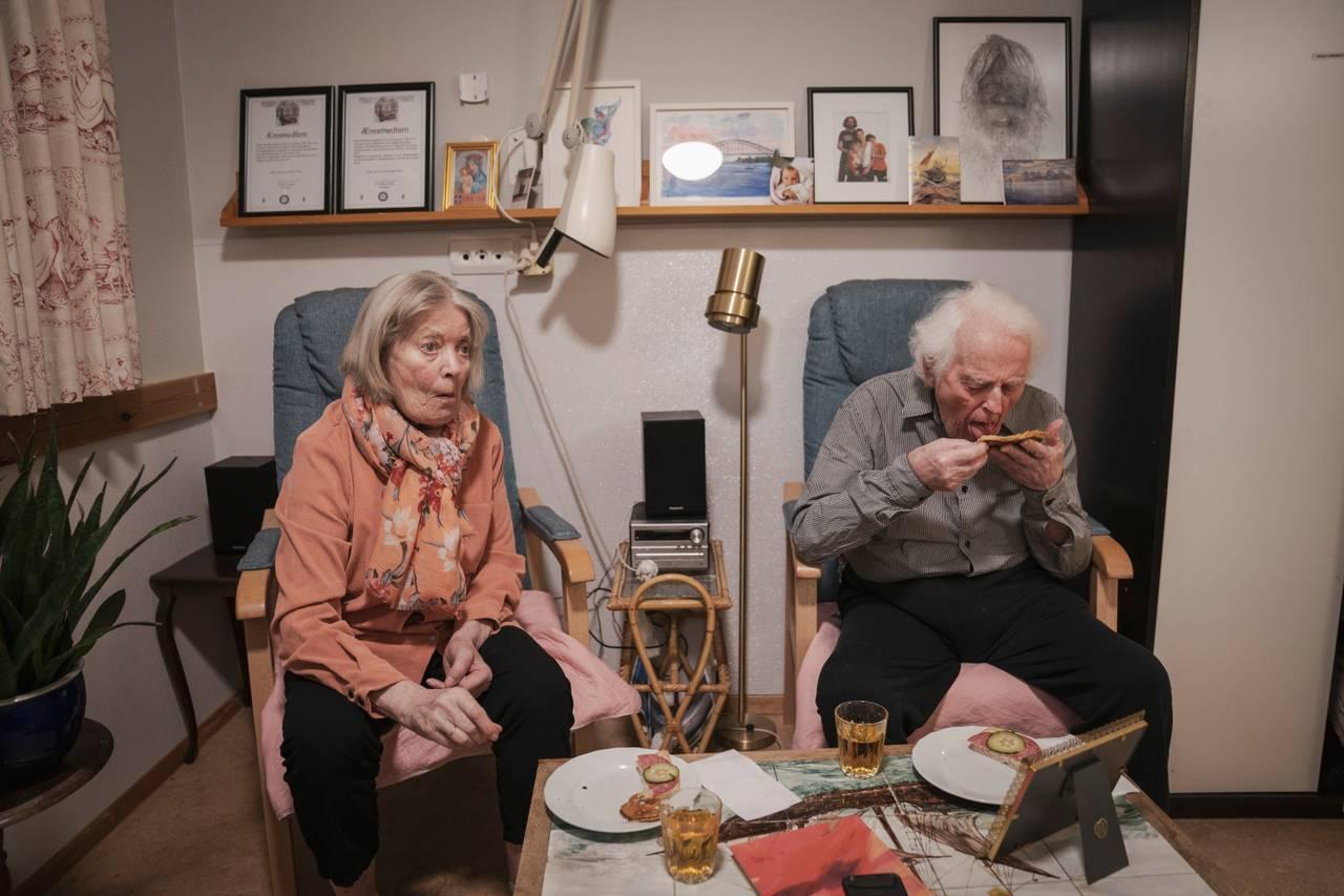 Ekteparet sitter i hver sin blå lenestol, på hver sin rosa pute. De spiser pannekaker til kveldsmat, hvor Birger kun slikker av syltetøyet på pannekaken sin.