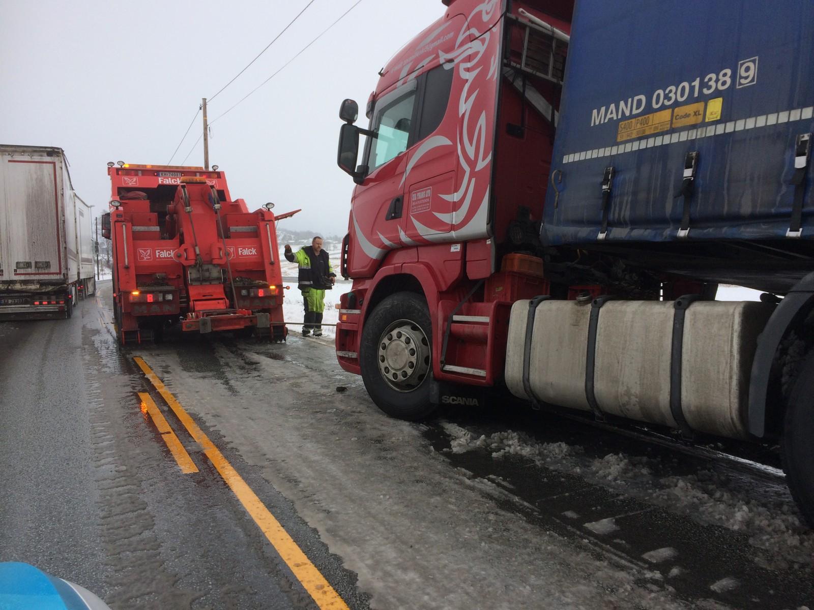 En trailer måtte berges av Falck etter å ha endt i grøfta på Riksvei 111.
