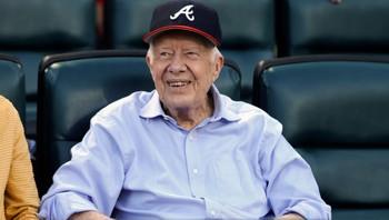Jimmy Carter er tilskuer på en baseballkamp i Atlanta