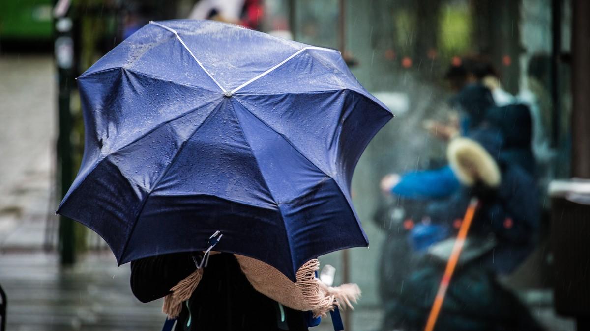 Vind, regn og paraply i Stavanger - Foto: Erik Waage/NRK