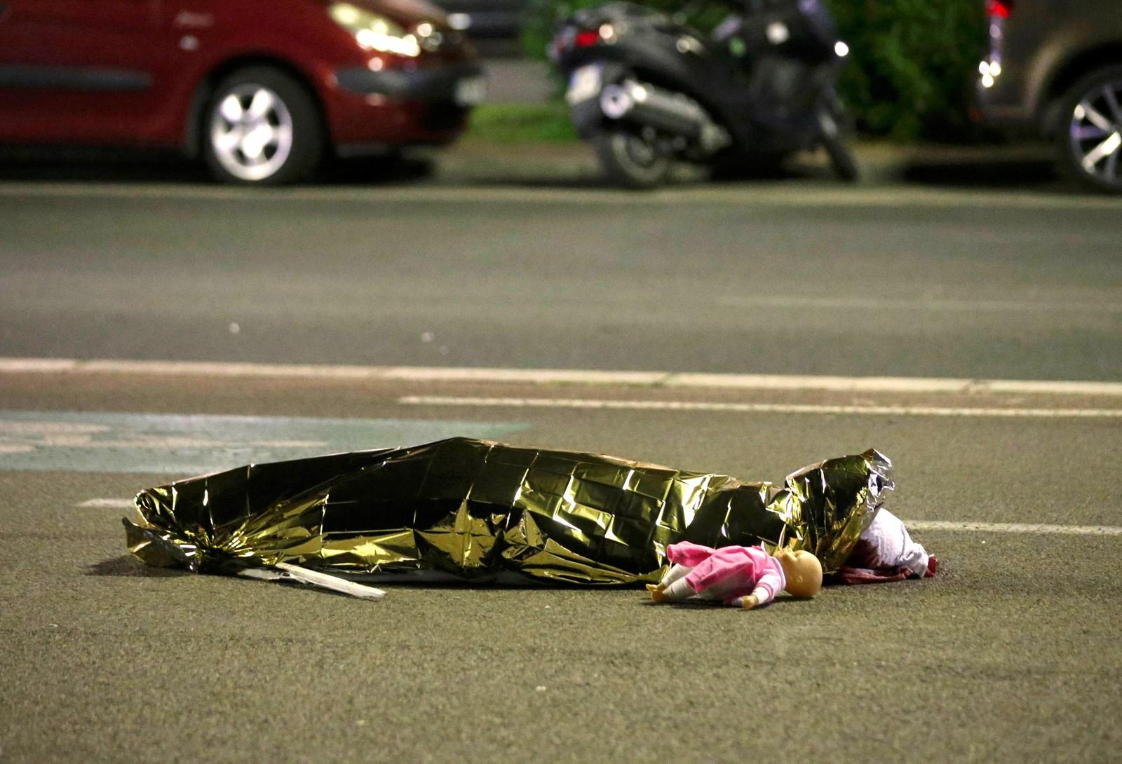 En av de drepte ligger tildekket på bakken i Nice, ved siden av en dukke. Ifølge Frankrikes president Francois Hollande er flere barn blant de drepte.