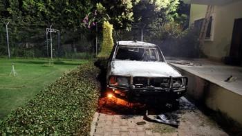 En utbrent bil utenfor det amerikanske konsulatet i Benghazi, Libya, etter angrep