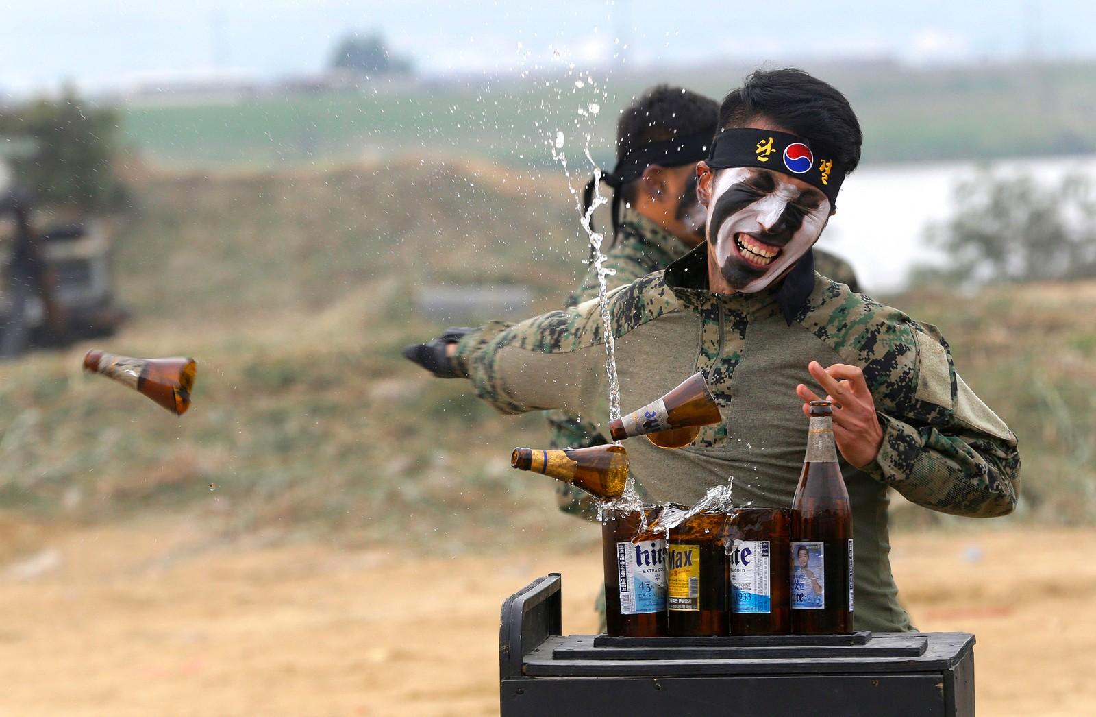 En Sørkoreansk soldat fra spesialstyrkene knuser flasker med hånden under gjenskapelsen av et slag fra Korea-krigen i forbindelse med at det er 66 år siden den startet.