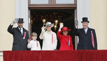 Kongefamilien på slottsbalkongen 17. mai 2011