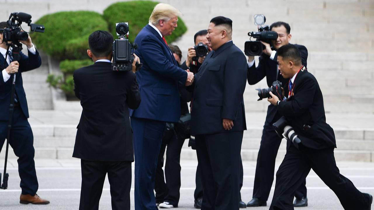 Donald Trump og Kim Jong-un trykker hender på den nordkoreanske siden av den demilitariserte sonen