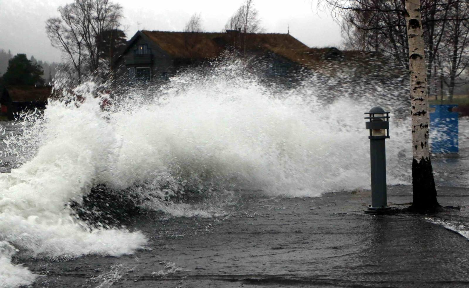 Her slår vatnet over ein steinmur. Til høgre på biletet skal det normalt ikkje vere vatn, fortel fotografen i Fjordingen.