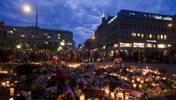 Sorgtung stemning i Oslo kvelden etter terroraksjonene