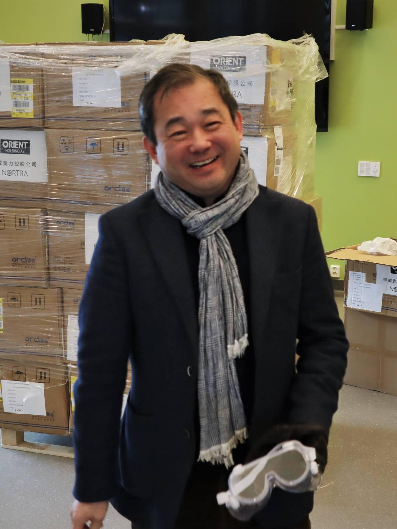 Smittevernutstyret fra Kina er på plass i Bodø. Importør Stephen Fu.