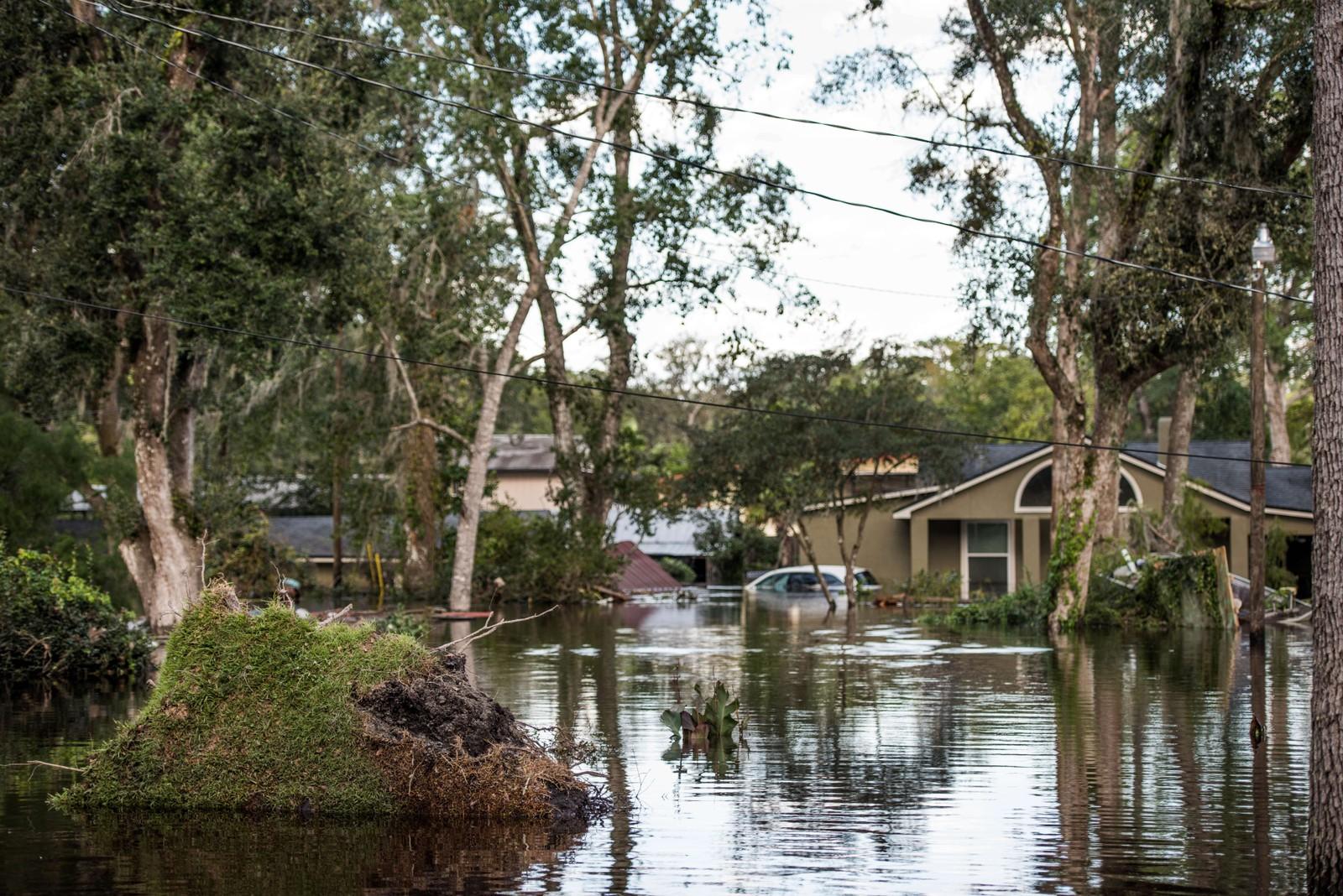 Uværet har ført til voldsom stormflo og oversvømmelser mange steder i Florida.