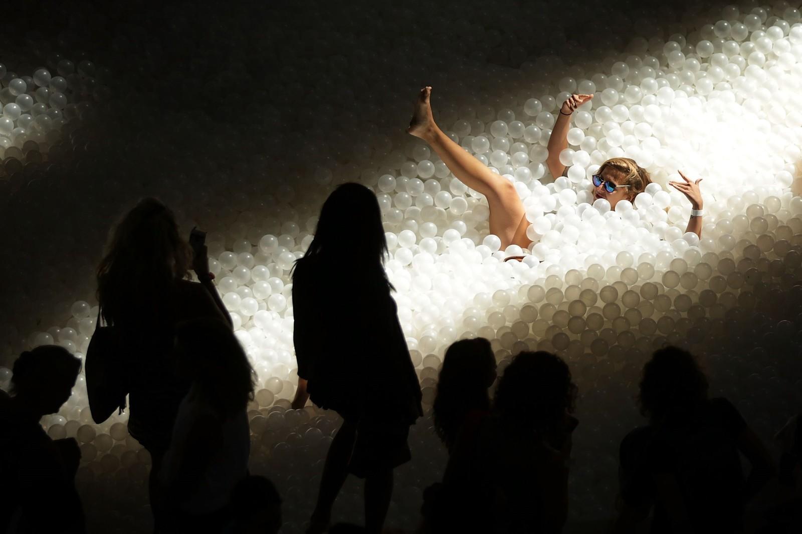 """Også i Washinton DC kan man kaste seg ut i en ballbinge. Denne installasjonen kalles """"The Beach"""" og består av hele én million plastballer, og meninga er at besøkende skal føle seg som på en strand."""