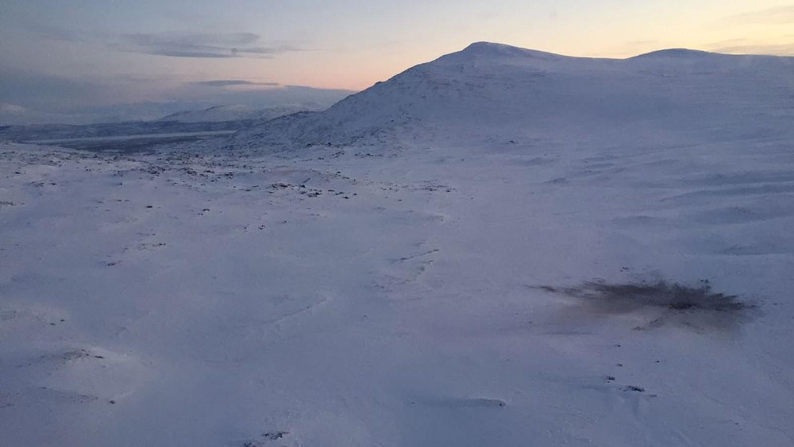 Her er det første bildet fra havaristedet i Gällivarefjellene. Bildet er tatt av SVTs reporter fra lufta. Foto: Marja Påve/SVT