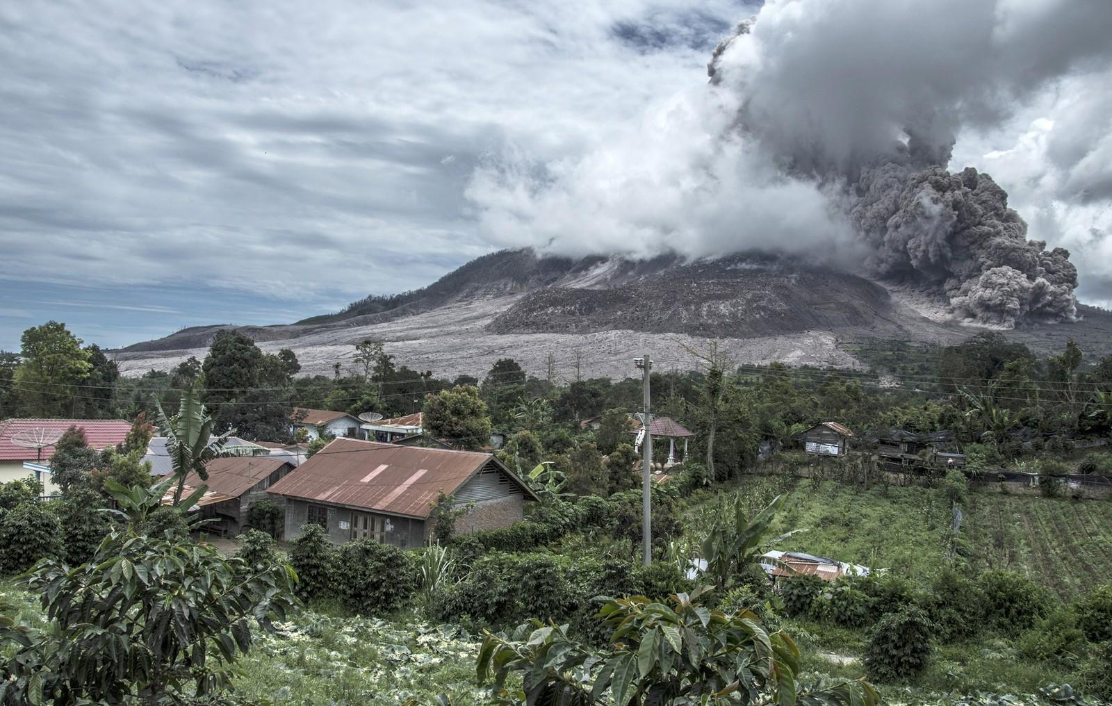Vulkanen Sinabung spyr aske. Sett fra en landsby i Karo-distriktet i Nord-Sumatra. Mer enn 1,200 mennesker er evakuert i frykt for et større utbrudd.