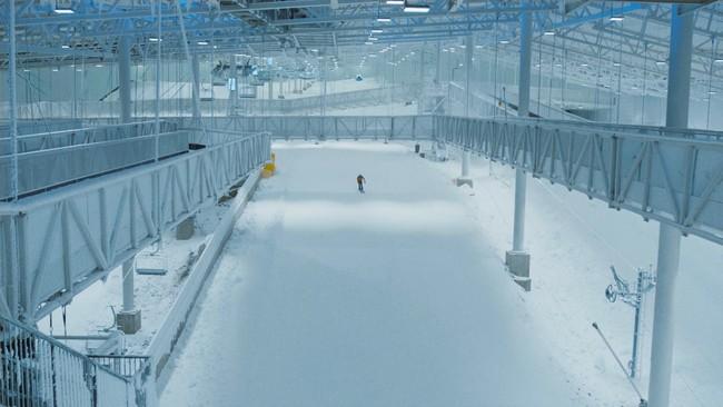 Skiløper i innendørs skihall