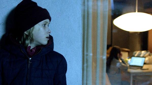 Lars innser at han ikke har vært så kul mot Anna og prøver å gjøre ting bra igjen. Anna på sin side sliter med løgnen hun har servert foreldrene. Tess må stå skolerett hjemme for at hun ikke klarte holde seg i skinnet.