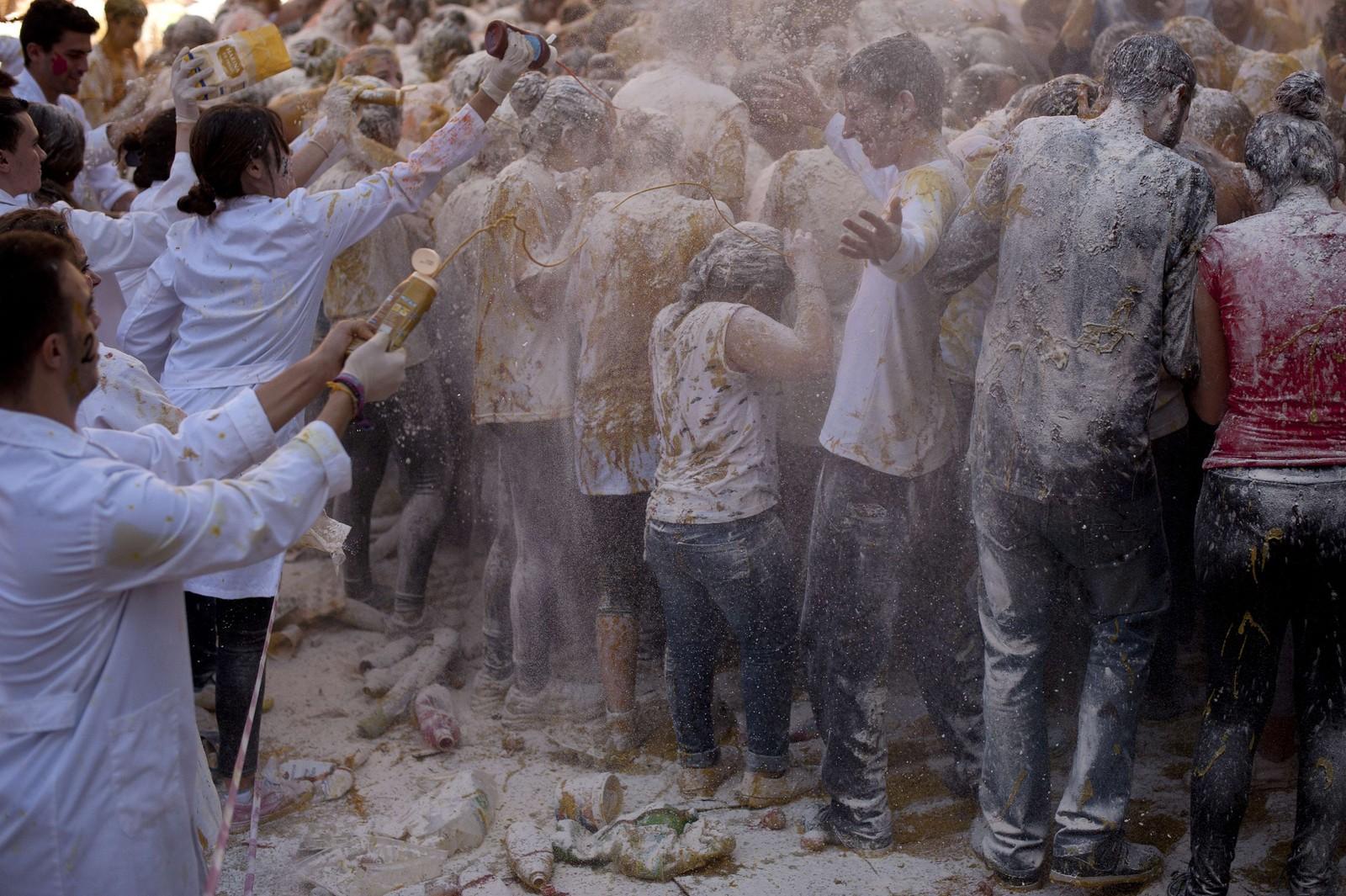 Nye studenter blir dynka med matrester som velkomsthilsen ved universitetet i Granada.