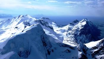 Utsikt fra snødekte Steigenfjell mot Bodø.