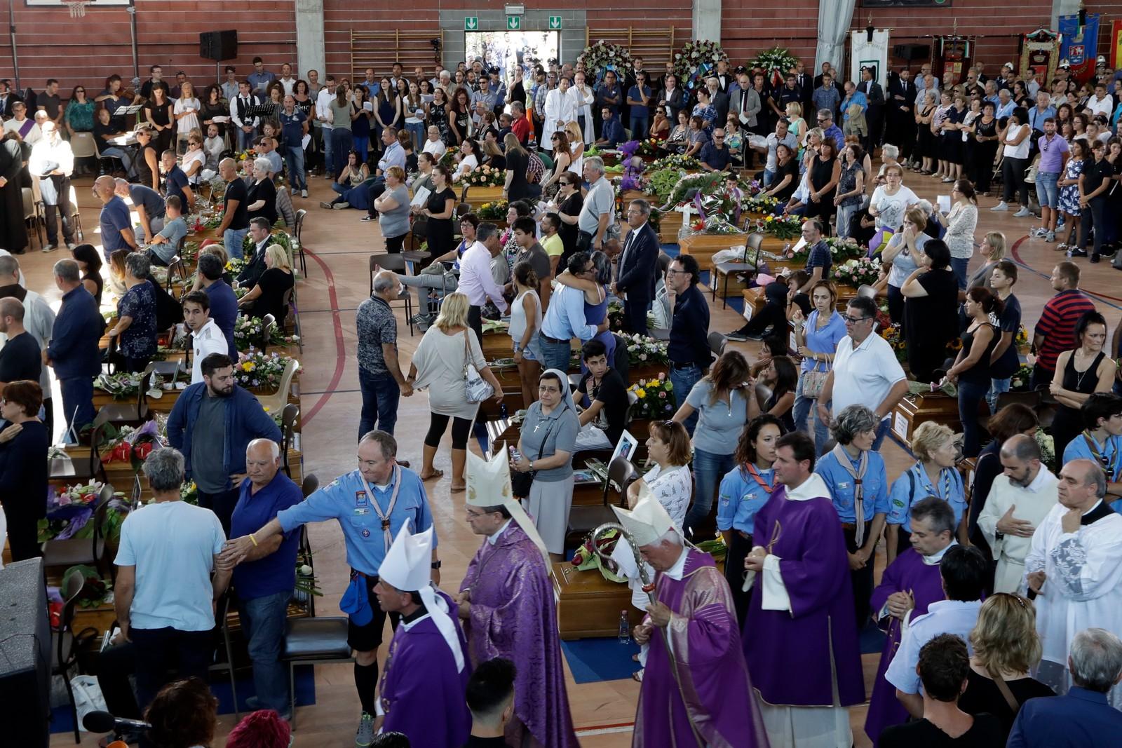 Fleire hundre menneske hadde møtt opp for å ta farvel med 35 av ofra etter jordskjelva.