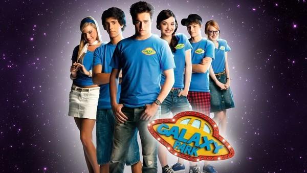 Belgisk sciencefictionserie. Seks ungdommer har sommerjobb i Galakseparken. På overflaten er det en trivelig familiepark, men det skjer merkelige ting. Hvem i parken opererer på ordre fra romskipet og aliens?