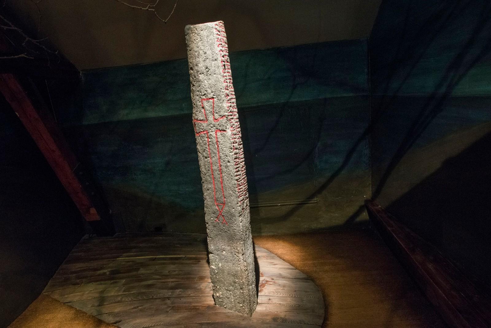 """I Suhmhuset hos NTNU Vitenskapsmuseet kan en se «Norges dåpsattest». På Kulisteinen fra tidlig 1000-tall står navnet """"Norge"""". Det er første gang som vi kjenner til at navnet er brukt på det som vi i dag kaller Norge På steinen står det med norrøne runer at den ble reist da kristendommen hadde vært «12 vintre i Norge», og slik daterer den også skiftet fra den gamle religionen. Kulisteinen ble i 2012 innlemmet i UNESCOs Memory of the world-liste."""