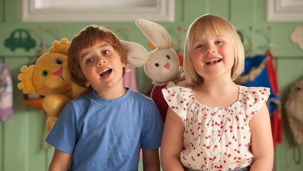 I barnehagen treffer Karsten en jente som heter Petra. Hun er også ny, kjenner ingen og er litt redd. Kan de bli venner?