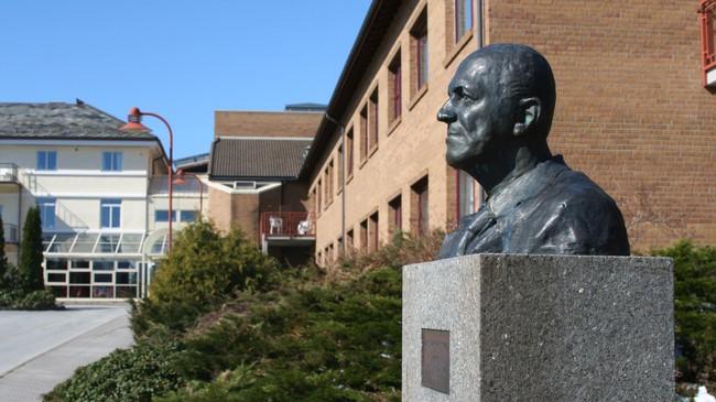 Bysten av Hans Chr. Wennevold utanfor inngangen til sjukehuset. Foto: Ottar Starheim, NRK.