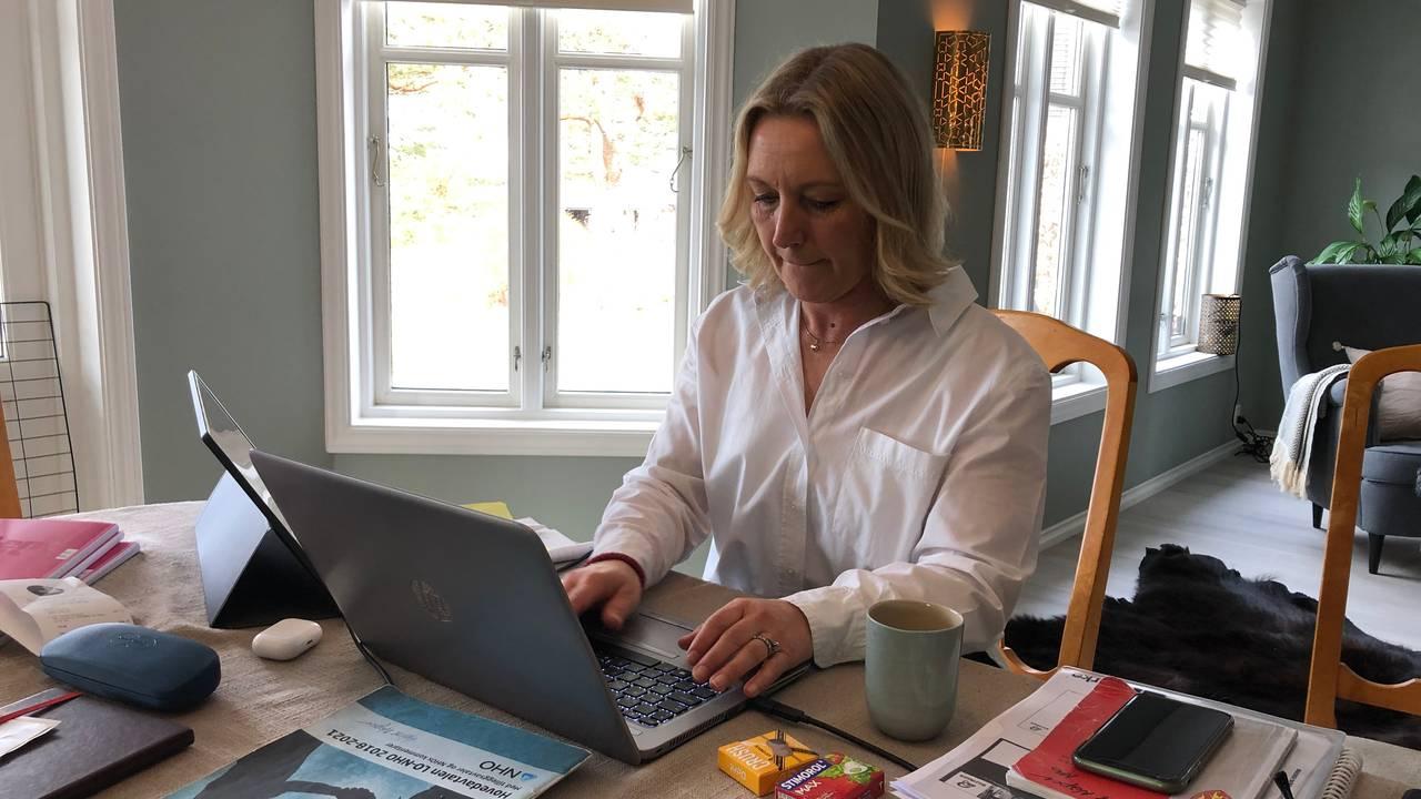 Hjemmekontor. Helene Marie Naper bruker spisebordet. Har godt med dagslys fra mange vinduer.